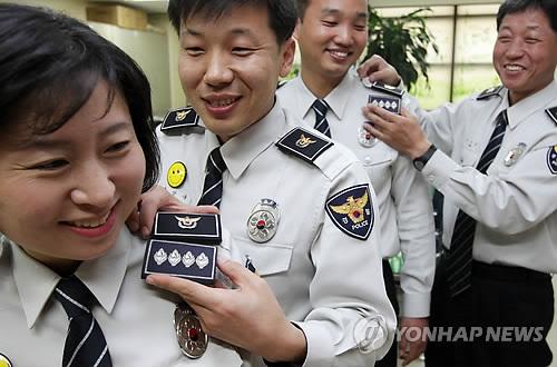 경찰, '계급장 대신 경찰장' 시행