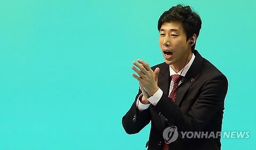 """<프로배구> '첫 승' 김세진 감독 """"꼴찌가 이제 1승 했을 뿐"""""""