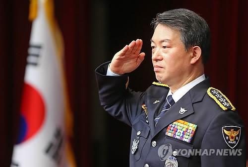 경례하는 강신명 경찰청장