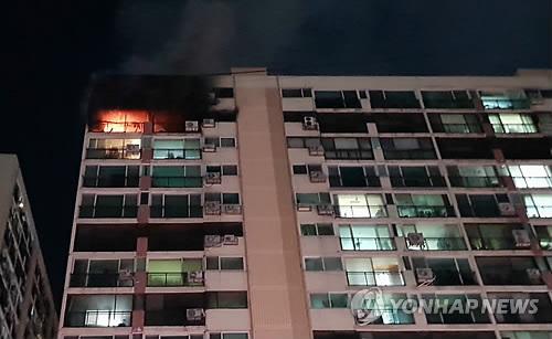 서울 은평구 아파트 14층서 화재…1명 사망·2명 중상(종합)