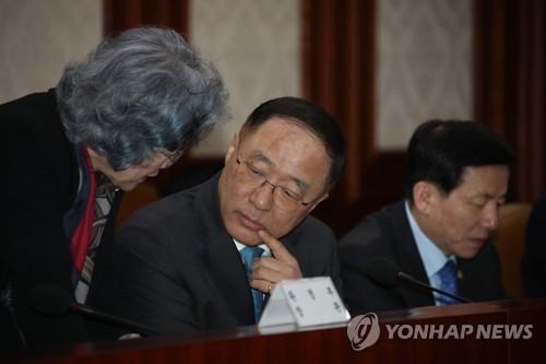 사회관계장관회의서 대화하는 장관