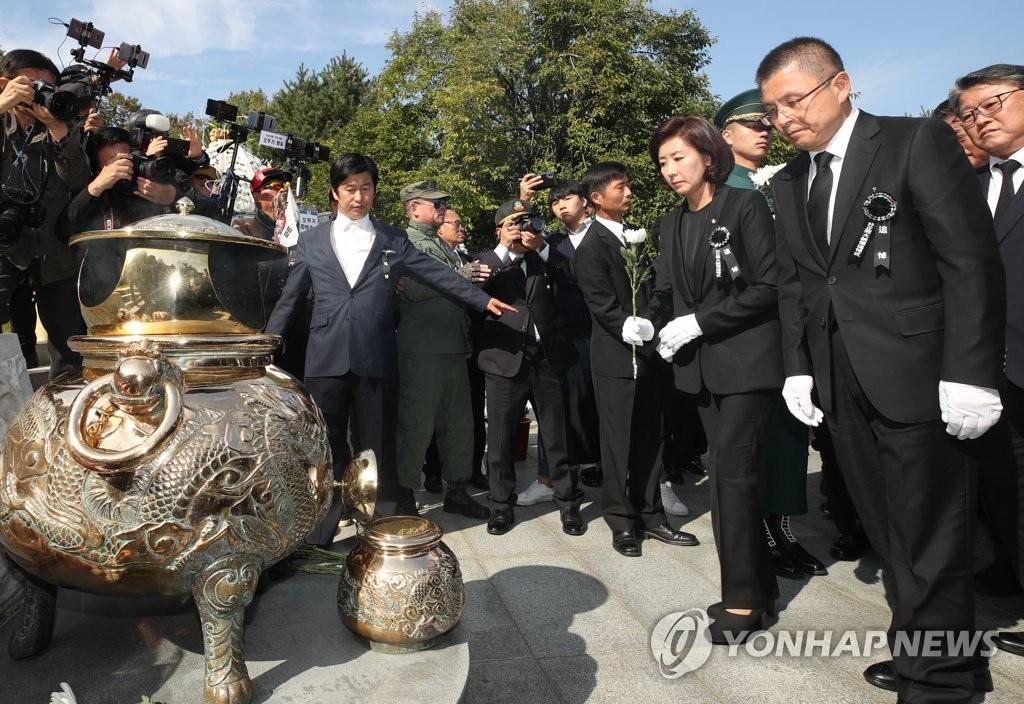 황교안·나경원, 박정희 전 대통령 40주기 추도식 참석