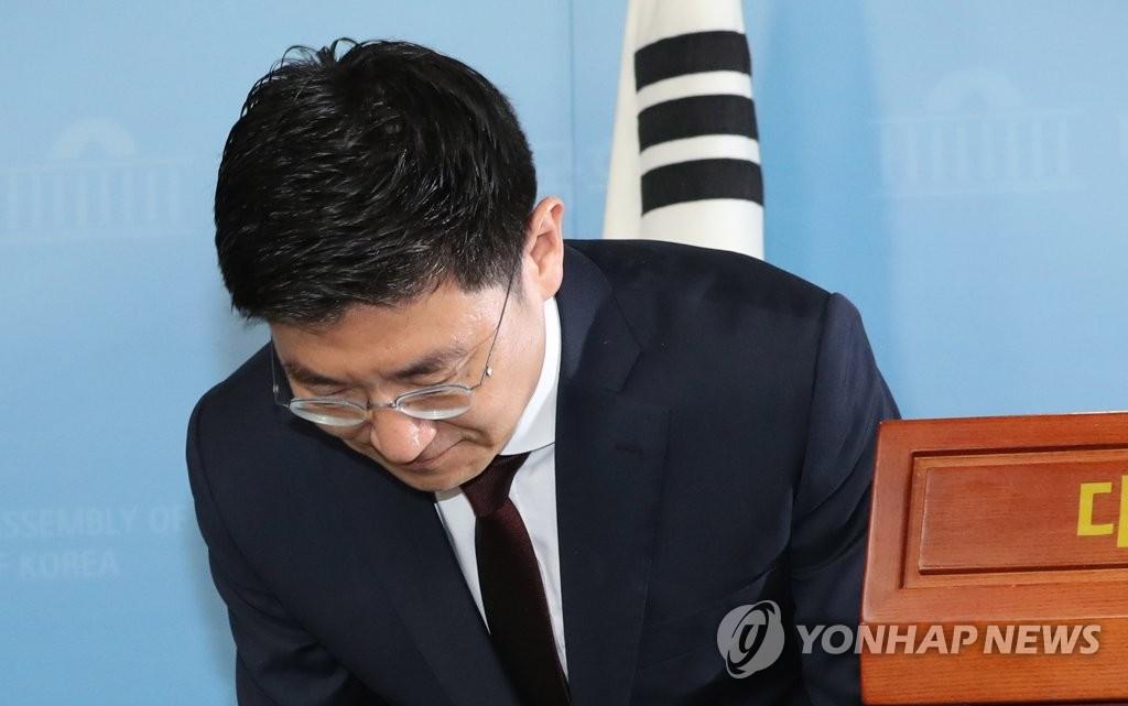 인사하는 김세연