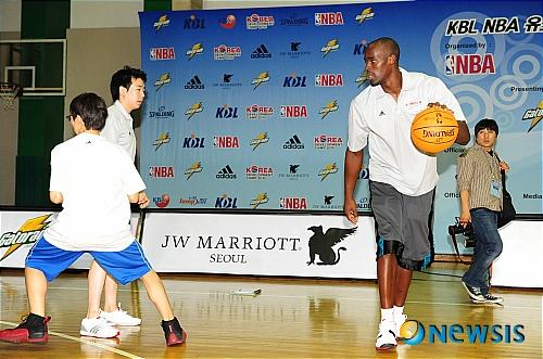 시범보이는 NBA의 에메카 오카포