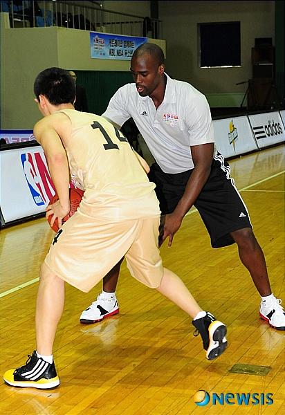 수비 시범 보이는 NBA 에메카 오카포
