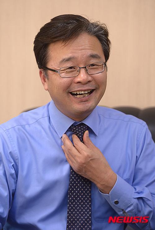 밝게 웃는 김우영 은평구청장
