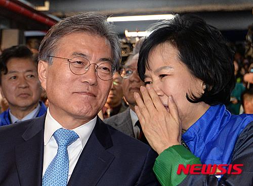 귀엣말하는 문재인-손혜원