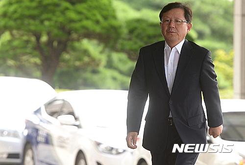 출근하는 윤갑근 특별수사팀장
