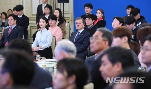 문 대통령, '청년일자리대책 보고대회 참석'