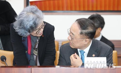 대화나누는 홍남기-박은정