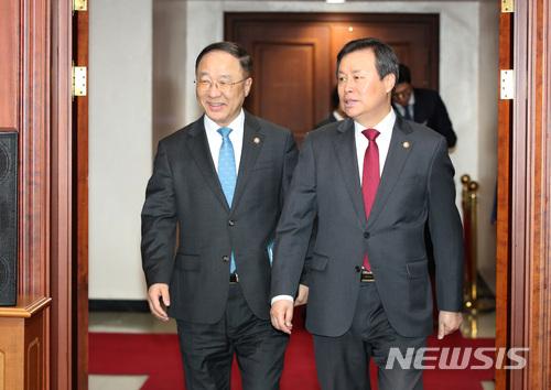 사회관계장관회의 참석하는 홍남기-도종환