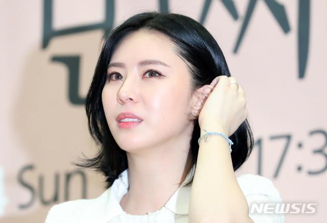 '13번째 증언' 북콘서트 연 윤지오 씨