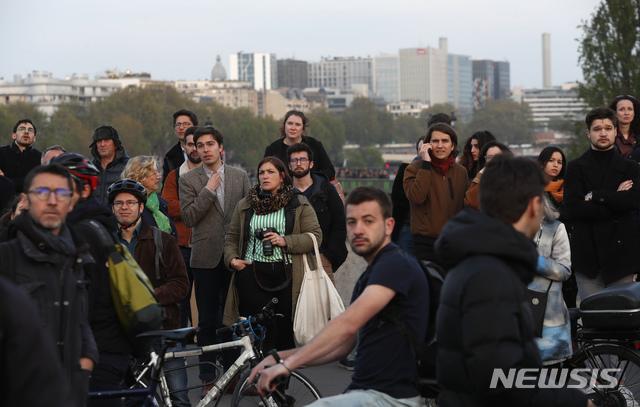 노트르담 대성당 화재 바라보는 시민·관광객들
