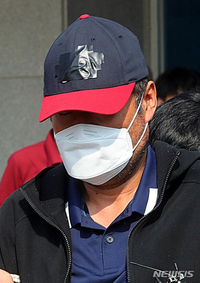 검찰 송치되는 아내 폭행 살해 유승현 전 김포시의장