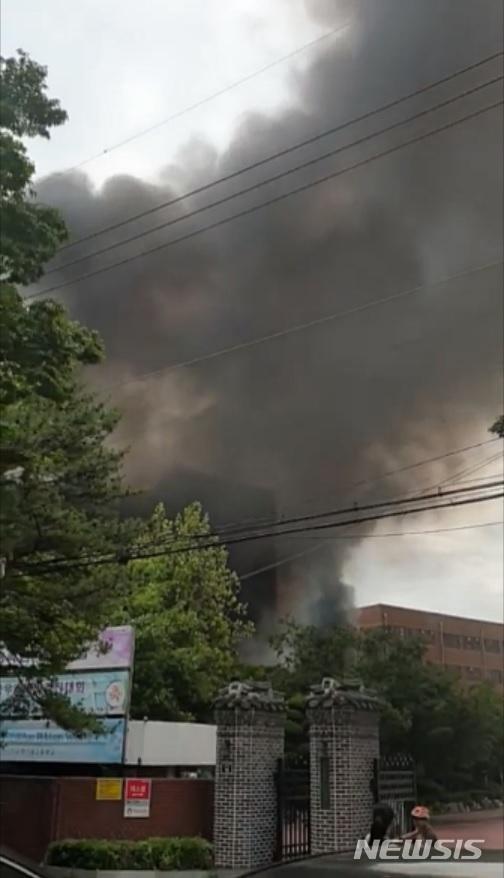 서울 은명초등학교 '차량 폭발' 추정 화재…