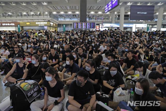 홍콩 국제공항서 사흘째 시위…평화적으로 진행