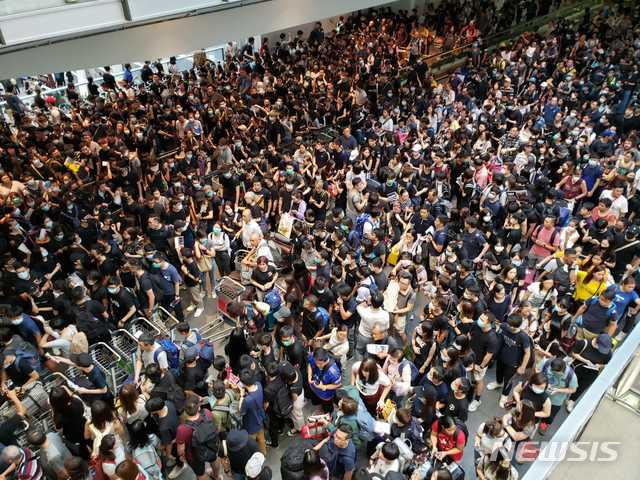 요란했던 홍콩 국제공항 급습시위, 소수만 남아