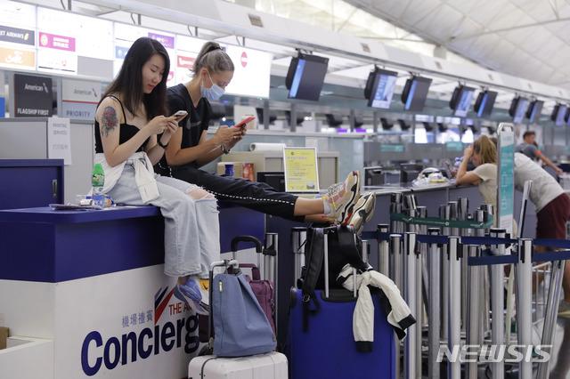 홍콩 공항에 발묶인 여행객들