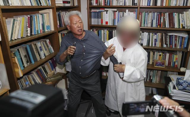 류석춘 교수 끌어내며 항의하는 시민
