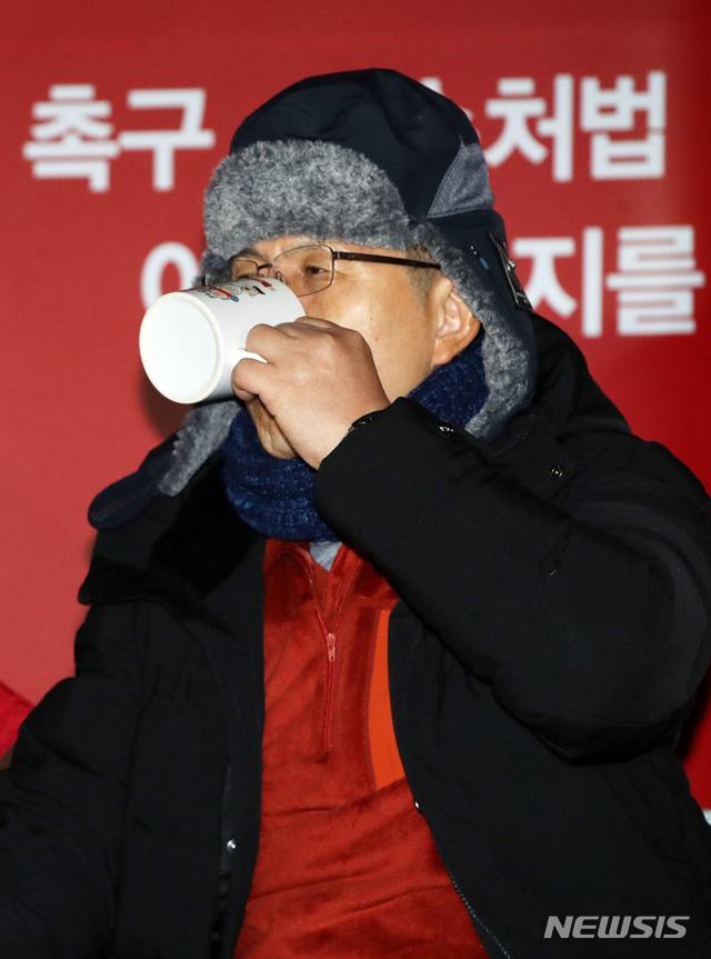 목 축이는 황교안 자유한국당 대표