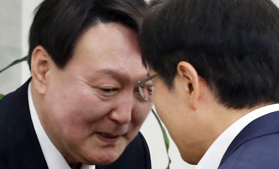 '팽팽한 긴장감' 속 윤석열과 황교안, 당시 상황 살펴보니(사진)