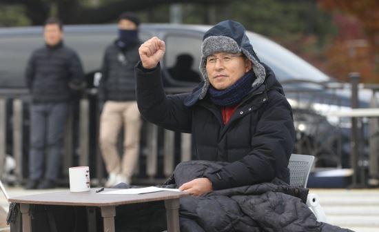"""황교안 단식 중 당직자들 밤샘근무 지시… 민주당 """"황제 단식"""" 비판"""