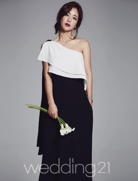 기은세 웨딩 화보, 드레스 아닌 슈트 패션…섹시한 신부