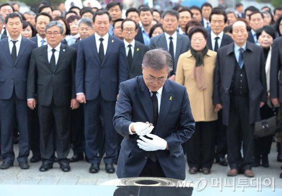 문재인, 광주 5.18민주묘지 찾아…'임을 위한 행진곡' 불러