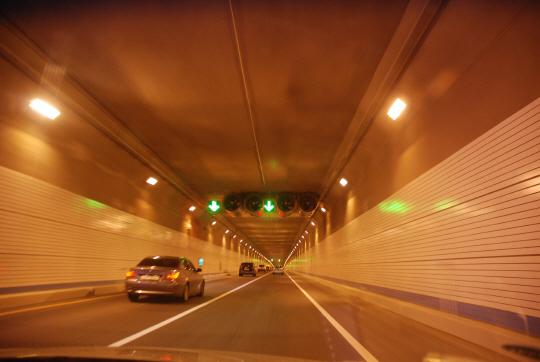 창원서 터널 달리던 2.5t 트럭에 불나···1,000여명 '대피'