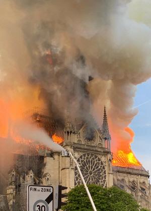 파리 노트르담대성당에 큰 불···1시간만에 지붕·첨탑 무너져