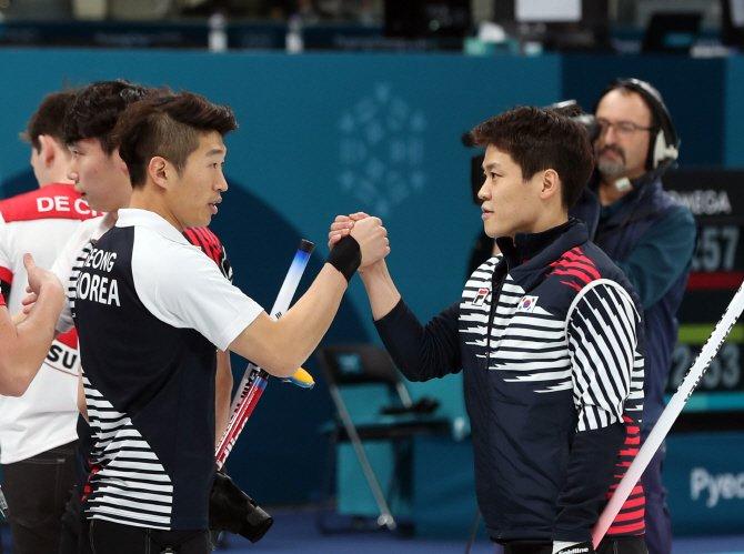 돌풍의 한국 남자 컬링, 준결승서 아쉬운 연장패...동메달 도전