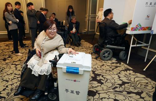 [장애인들의 빼앗긴 권리] 투표소 1층에 있어도 경사 높고 접근 불편 … 한표 행사 험난