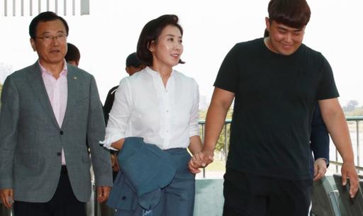 """민주 """"나경원, 아들 美 국적 아니라 말해라"""" vs 한국 """"거짓말 중독""""…논평 '설전'"""