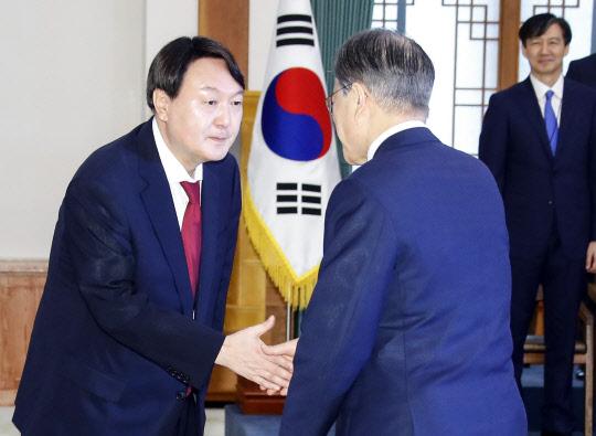 """윤석열 신임 검찰총장, """"檢 본질에 더 충실할것""""…조국과 장시간 대화도"""