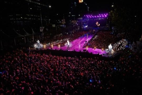 JYJ 보기 위해...영동대로에 5만 명 모였다