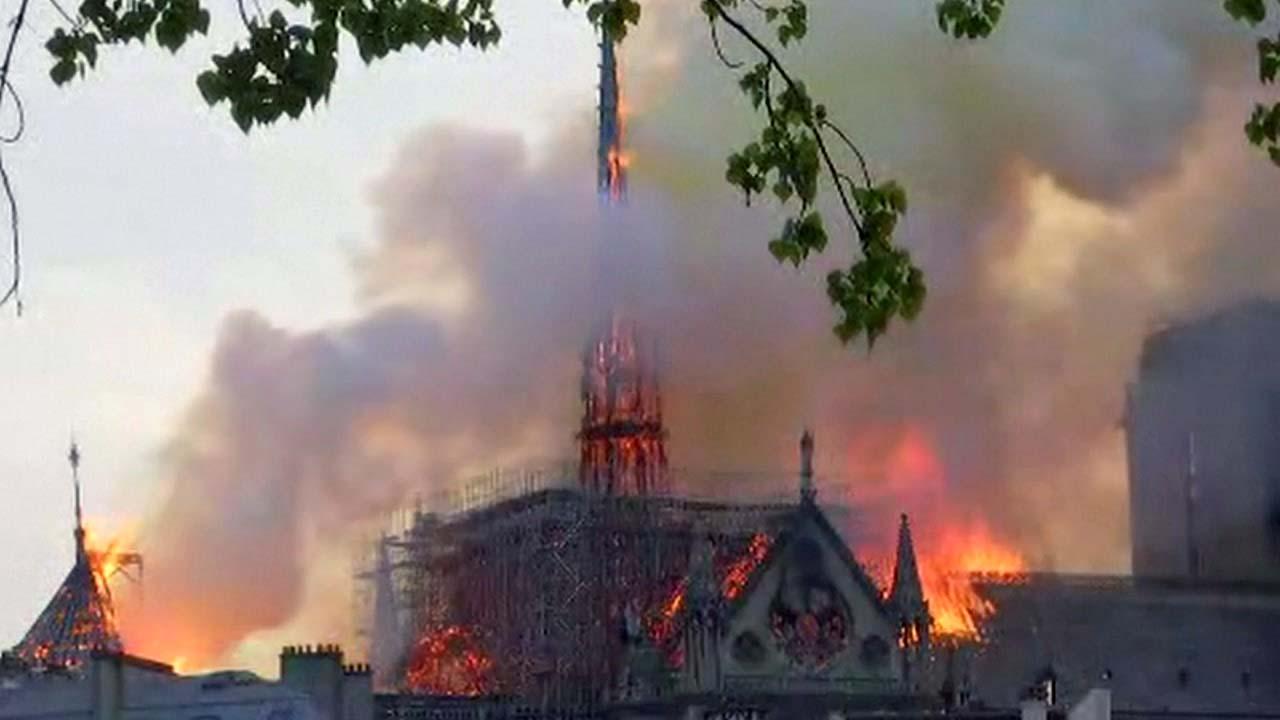프랑스 파리 노트르담 대성당 화재...첨탑 무너져