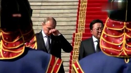 在公开欢迎仪式上,普京听到俄罗斯国歌奏响时突然落泪,抬起左手拭泪.