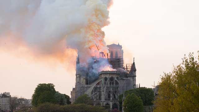 """파리 노트르담 대성당에 큰 불…마크롱 """"우리 일부가 탔다"""""""