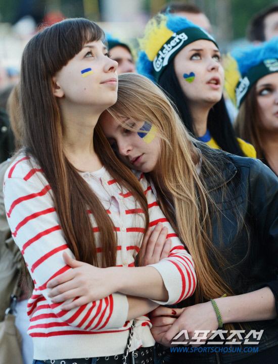 [유로포토] 우크라이나 여학생 '쓰러질 것 같아!'