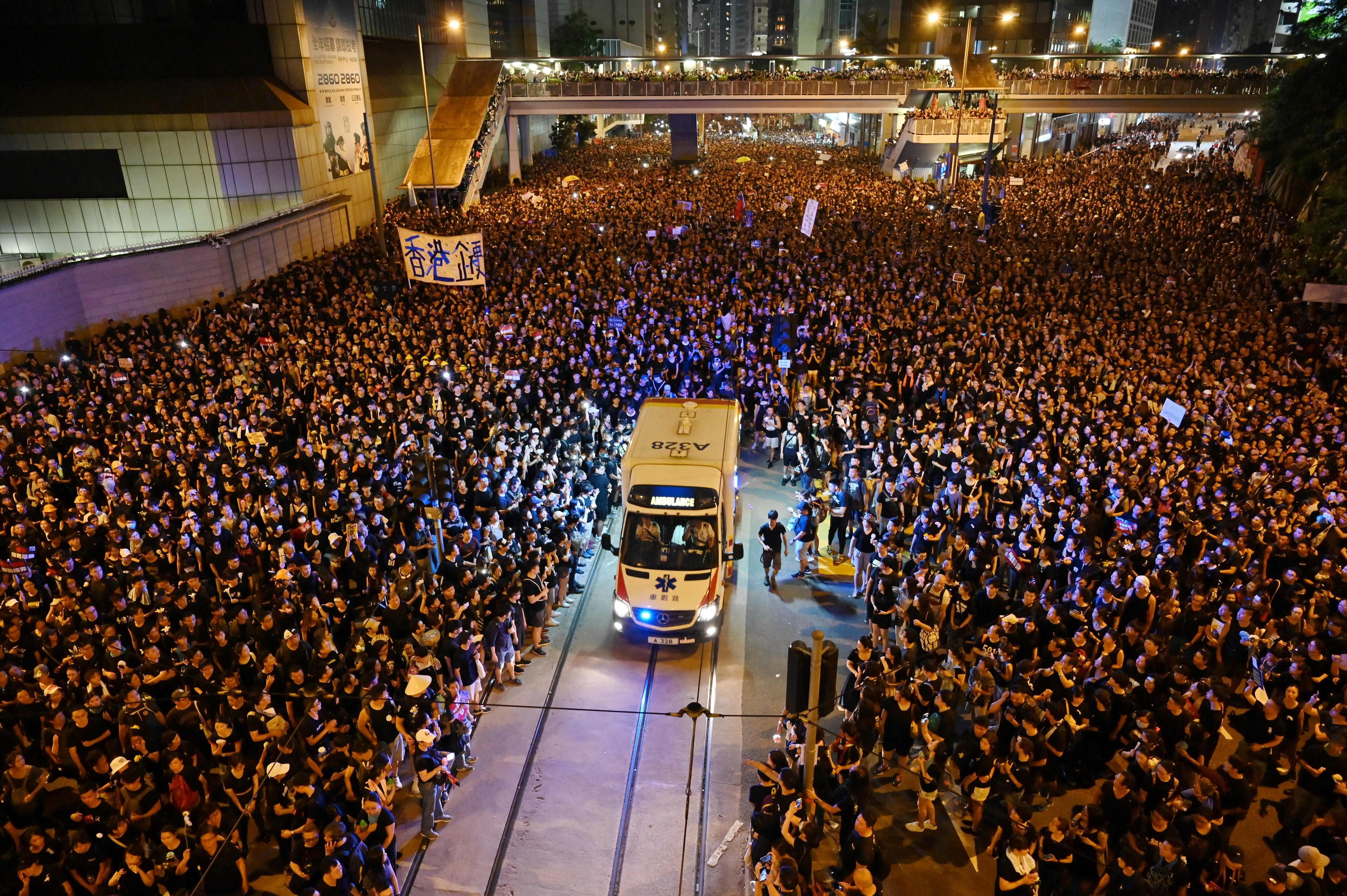 홍콩 시위대 클래스…구급차 출동하자 모세의 기적처럼
