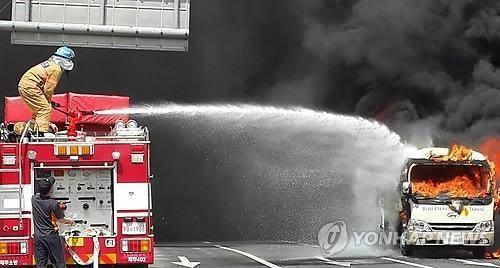 """제주 버스 화재 """"25인승 버스에서 불… 인명피해 없어"""""""