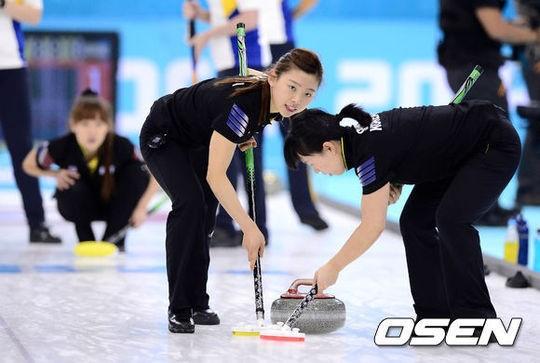 [사진]여자 컬링 대표팀 '분업'