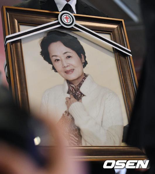 故김영애 발인...후배들과 함께라 외롭지 않았다 [종합]
