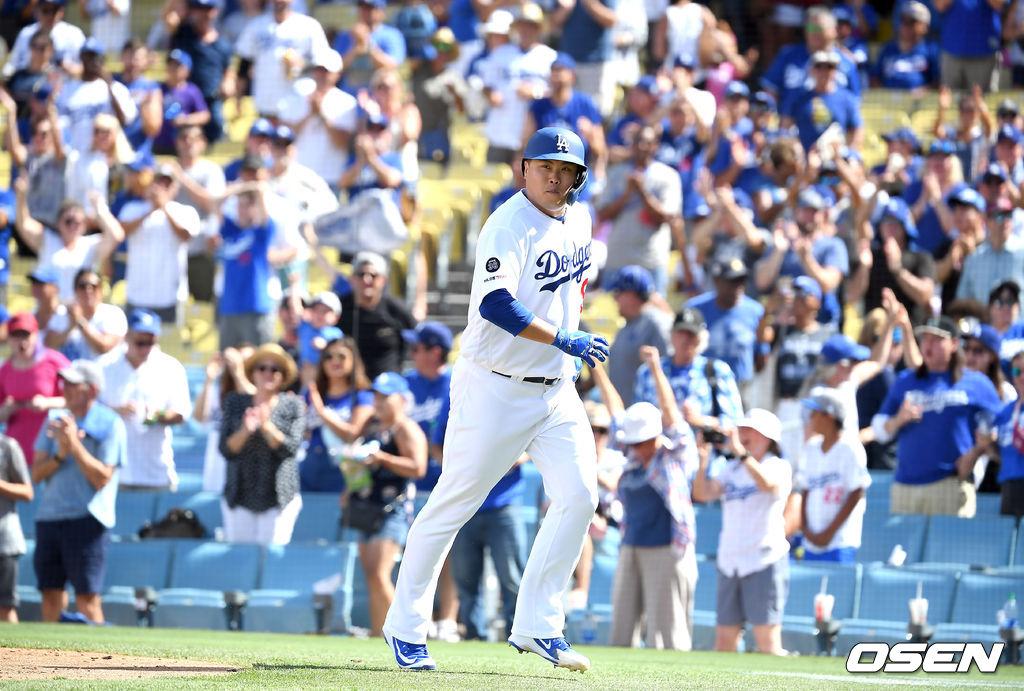 [사진]류현진,'내 홈런을 이렇게 좋아하시네'