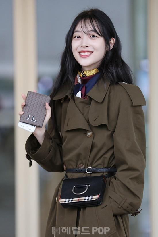 [포토]설리 '휴대전화 케이스에 새긴 이니셜'