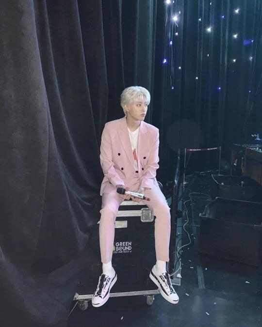 아이콘 비아이, 무대 아래 핑크보이..팬들 마음 불지르는 비주얼