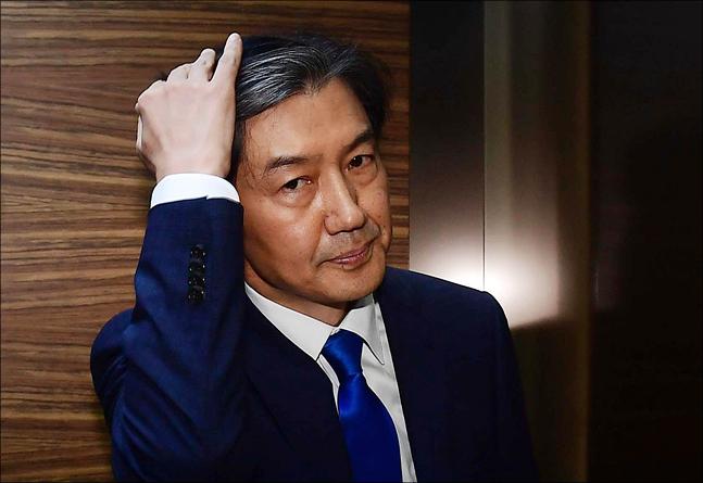 <포토> 엘리베이터 탑승한 조국 법무부 장관 후보자