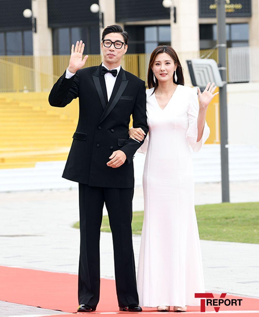 [T포토] 김세진-진혜지 '9등신 모델 비율 커플'