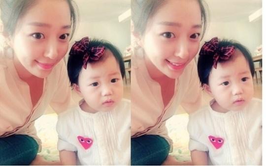 """장범준의 아내 송지수, 붕어빵 외모 딸과 함께 인증샷 """"뽀로로야 엄마야?"""""""