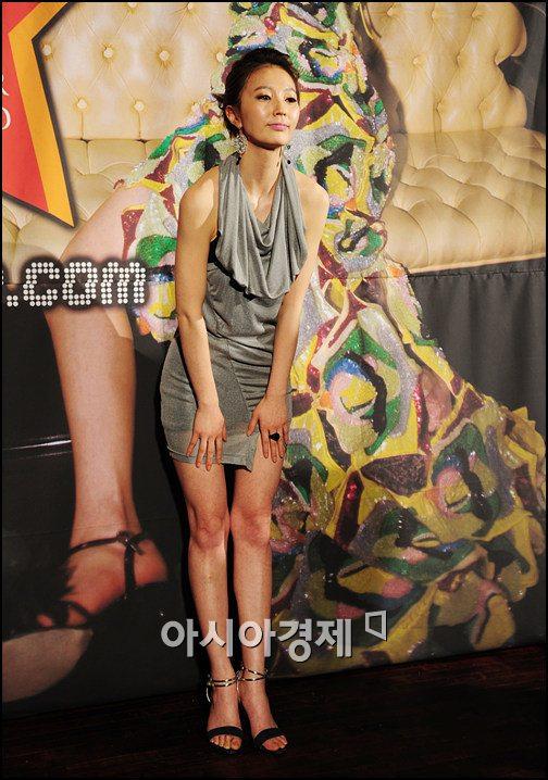 [포토]안혜경 '치마가 너무 짧은가?'
